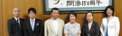 横浜市長室で林文子市長とともに